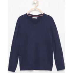 Sweter z dekoltem w serek - Granatowy. Niebieskie swetry chłopięce Reserved, l, z dekoltem w serek. Za 79,99 zł.