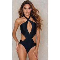 Stroje jednoczęściowe: NA-KD Swimwear Jednoczęściowy kostium kąpielowy z zakładką i wycięciem z przodu – Black