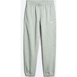 Nike Kids - Spodnie dziecięce 122-166 cm. Szare spodnie chłopięce Nike Kids, z bawełny. W wyprzedaży za 99,90 zł.