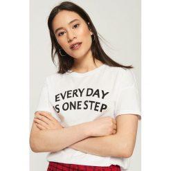 T-shirt z hasłem - Biały. Białe t-shirty damskie Sinsay, l. W wyprzedaży za 14,99 zł.