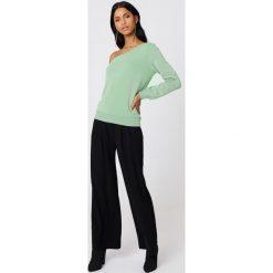 NA-KD Basic Sweter na jedno ramię - Green. Różowe swetry klasyczne damskie marki NA-KD Basic, z bawełny. W wyprzedaży za 40,38 zł.