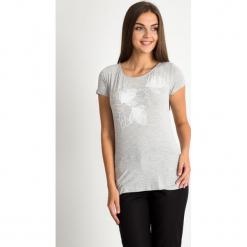 Szara bluzka z kwiatowym wzorem QUIOSQUE. Szare bluzki asymetryczne QUIOSQUE, z dzianiny, z krótkim rękawem. W wyprzedaży za 29,99 zł.