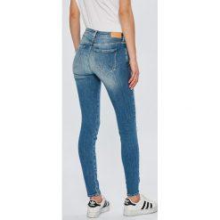 Wrangler - Jeansy Razzle. Szare jeansy damskie marki Wrangler, na co dzień, m, z nadrukiem, casualowe, z okrągłym kołnierzem, mini, proste. Za 329,90 zł.