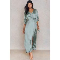 Długie sukienki: Hannalicious x NA-KD Kimonowa sukienka maxi - Green
