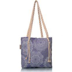 """Torba plażowa """"Lace"""" w kolorze granatowym - 40 x 50 cm. Niebieskie shopper bag damskie Begonville, z bawełny. W wyprzedaży za 108,95 zł."""