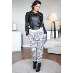 Spodnie dresowe w kolorowe centki jasnoszary ściągacz 428. Szare spodnie dresowe damskie Fasardi, l, w kolorowe wzory, z dresówki. Za 39,00 zł.