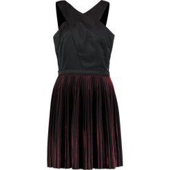 Armani Exchange Sukienka koktajlowa black/red. Czarne sukienki koktajlowe Armani Exchange, z materiału. W wyprzedaży za 439,45 zł.