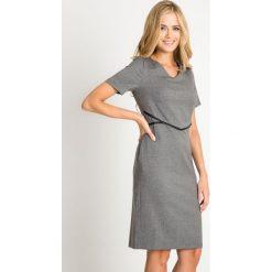 Szara taliowana sukienka z odcięciem QUIOSQUE. Szare sukienki balowe QUIOSQUE, do pracy, ze skóry ekologicznej. W wyprzedaży za 69,99 zł.