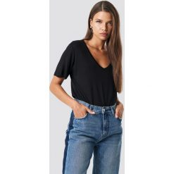 NA-KD Basic T-shirt basic z dekoltem V - Black. Różowe t-shirty damskie marki NA-KD Basic, z bawełny. Za 52,95 zł.