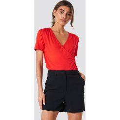 Trendyol Kopertowy T-shirt - Red. Czerwone t-shirty damskie marki Trendyol, z kopertowym dekoltem. W wyprzedaży za 48,57 zł.