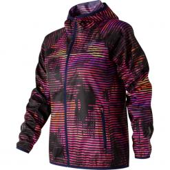 New Balance WJ71163SVL. Czerwone kurtki damskie do biegania marki OLAIAN, z materiału, sportowe. W wyprzedaży za 199,99 zł.