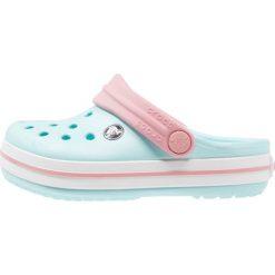 Crocs CROCBAND Sandały kąpielowe ice blue/white. Niebieskie sandały chłopięce marki Crocs, z gumy. Za 129,00 zł.