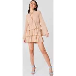 Długie sukienki: Linn Ahlborg x NA-KD Sukienka Swiss Dot - Nude