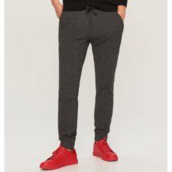 Spodnie dresowe slim - Szary. Szare rurki męskie marki Reserved, z dresówki. W wyprzedaży za 59,99 zł.