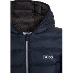 BOSS Kidswear Kurtka puchowa marine. Niebieskie kurtki chłopięce zimowe marki BOSS Kidswear, z bawełny. W wyprzedaży za 551,20 zł.