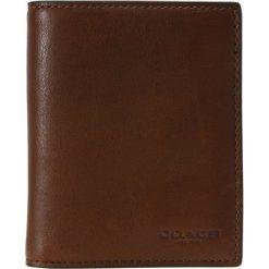 Coach SLIM CARD Portfel dark saddle. Czarne portfele męskie marki Coach. W wyprzedaży za 655,20 zł.