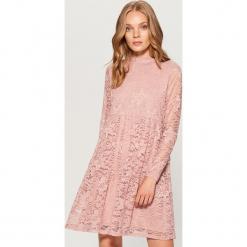 Koronkowa sukienka ze stójką - Różowy. Różowe sukienki koronkowe marki numoco, l, z dekoltem w łódkę, oversize. Za 169,99 zł.