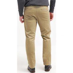 Chinosy męskie: DOCKERS ALPHA Spodnie materiałowe new british khaki core