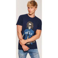 T-shirt z nadrukiem - Granatowy. Niebieskie t-shirty męskie z nadrukiem marki House, l. Za 29,99 zł.