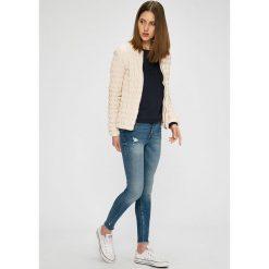 Guess Jeans - Kurtka. Szare kurtki damskie jeansowe marki Guess Jeans, l, z aplikacjami. W wyprzedaży za 499,90 zł.