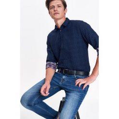 KOSZULA MĘSKA Z PODWÓJNEJ TKANINY O KROJU SLIM. Szare koszule męskie slim marki Top Secret, m, z klasycznym kołnierzykiem, z długim rękawem. Za 139,99 zł.