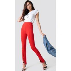 Spodnie damskie: Hannalicious x NA-KD Spodnie z rozcięciami z przodu - Red