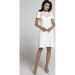 Wizytowa Rozkloszowana Sukienka z Koronką. Białe sukienki balowe marki Molly.pl, na imprezę, l, w koronkowe wzory, z koronki, z klasycznym kołnierzykiem, dopasowane. W wyprzedaży za 106,86 zł.