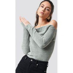 Rut&Circle Szenilowy sweter z odkrytymi ramionami - Grey. Zielone swetry klasyczne damskie marki Rut&Circle, z dzianiny, z okrągłym kołnierzem. Za 161,95 zł.