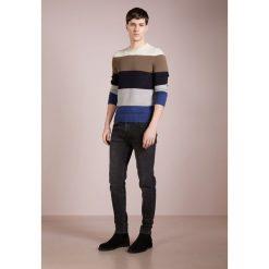 Drumohr GIRO RIGA GRANDE Sweter riga. Białe swetry klasyczne męskie marki Bambi, l, z nadrukiem, z okrągłym kołnierzem. W wyprzedaży za 839,20 zł.