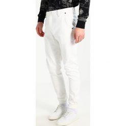 Publish JOGGER Spodnie materiałowe bone. Białe chinosy męskie Publish, z bawełny. W wyprzedaży za 367,20 zł.