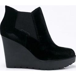 Calvin Klein Jeans - Botki. Czarne buty zimowe damskie marki Calvin Klein Jeans, z jeansu, z okrągłym noskiem, na koturnie. W wyprzedaży za 299,90 zł.