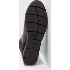 Unisa FOLIO Kozaki na koturnie black. Czarne kozaki damskie na koturnie marki Born2be, z materiału, z okrągłym noskiem, na niskim obcasie. W wyprzedaży za 463,20 zł.