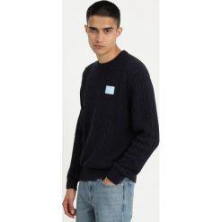 Calvin Klein Jeans CABLE Sweter blue. Czarne swetry klasyczne męskie marki Calvin Klein Jeans, z bawełny. Za 419,00 zł.