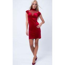 Sukienka welurowa z przezroczystym dekoltem czerwona 1601. Czerwone sukienki Fasardi, l, z weluru. Za 55,20 zł.