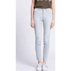 Wrangler - Jeansy. Szare jeansy damskie marki Wrangler, na co dzień, m, z nadrukiem, casualowe, z okrągłym kołnierzem, mini, proste. W wyprzedaży za 159,90 zł.