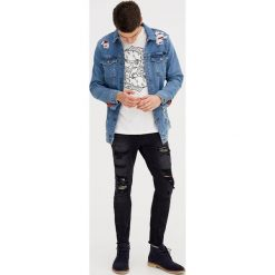 Jeansy skinny fit z ćwiekami. Szare jeansy męskie relaxed fit marki Pull & Bear, okrągłe. Za 69,90 zł.
