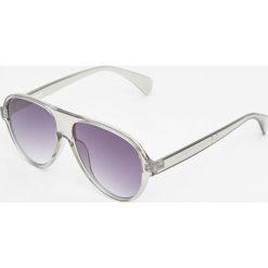Okulary przeciwsłoneczne z dwukolorowymi oprawkami. Szare okulary przeciwsłoneczne męskie wayfarery Pull&Bear. Za 59,90 zł.