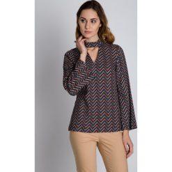 Oryginalna luźna bluzka we wzory  BIALCON. Brązowe bluzki na imprezę marki BIALCON, z tkaniny, eleganckie, z klasycznym kołnierzykiem. W wyprzedaży za 160,00 zł.