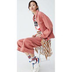 Różowa kurtka jeansowa. Pomarańczowe kurtki damskie jeansowe Pull&Bear. Za 139,00 zł.