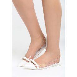 Białe Balerinki Gotta Make It. Białe baleriny damskie marki Born2be, z lakierowanej skóry, na obcasie. Za 59,99 zł.