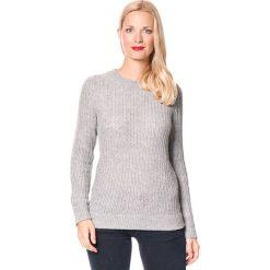 Sweter w kolorze szarym. Szare swetry klasyczne damskie marki William de Faye, z dzianiny, z okrągłym kołnierzem. W wyprzedaży za 129,95 zł.