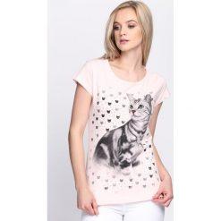 Różowy T-shirt Felinity. Czerwone bluzki damskie marki Born2be, l. Za 14,99 zł.