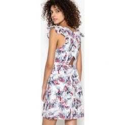Sukienki hiszpanki: Prosta., dopasowana sukienka z dekoltem w serek ze skrzyżowanym tyłem
