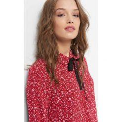 Koszula z wiązaniem. Czerwone koszule wiązane damskie Orsay, w grochy, z tkaniny, z kokardą. W wyprzedaży za 55,00 zł.