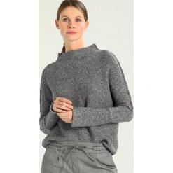 Swetry klasyczne damskie: And Less Sweter grey melange