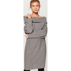 Długi sweter z prostym dekoltem - Szary. Szare swetry klasyczne damskie Mohito, l. Za 129,99 zł.