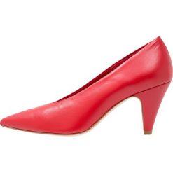 Bianca Di Czółenka rosso. Czerwone czółenka Bianca Di, z materiału. W wyprzedaży za 367,20 zł.