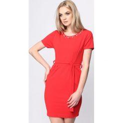 Czerwona Sukienka Stand Still. Czerwone sukienki letnie marki Mohito, l, z weluru. Za 64,99 zł.