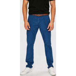 Guess Jeans - Spodnie. Szare chinosy męskie Guess Jeans, z aplikacjami, z bawełny. W wyprzedaży za 269,90 zł.