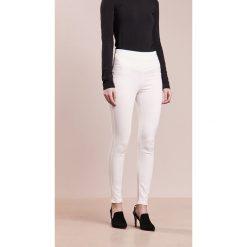 Patrizia Pepe Jeans Skinny Fit bianco. Białe jeansy damskie relaxed fit marki Patrizia Pepe. W wyprzedaży za 404,50 zł.